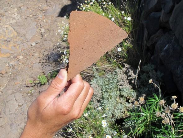 restos de tejas a lo largo del Camino de La Campana - Guía de Isora