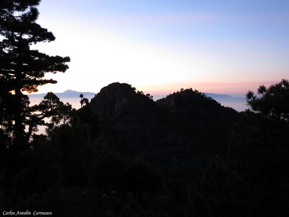 Amanecer desde el Refugio Punta de Los Roques - La Palma - Isla de Tenerife recortándose en el horizonte